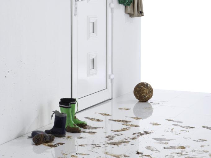 špinavá podlaha v předsíni