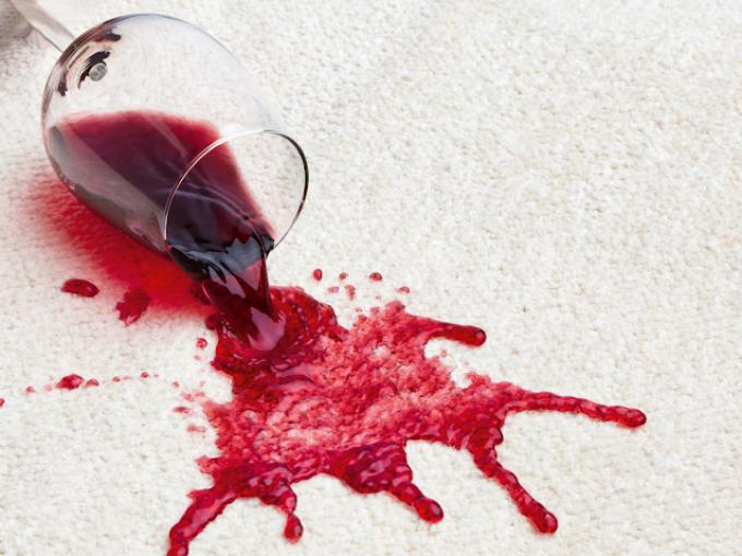 U skvrn od vína nebo kávy jednejte rychle, jakmile zaschnou, už je z koberce nedostanete.