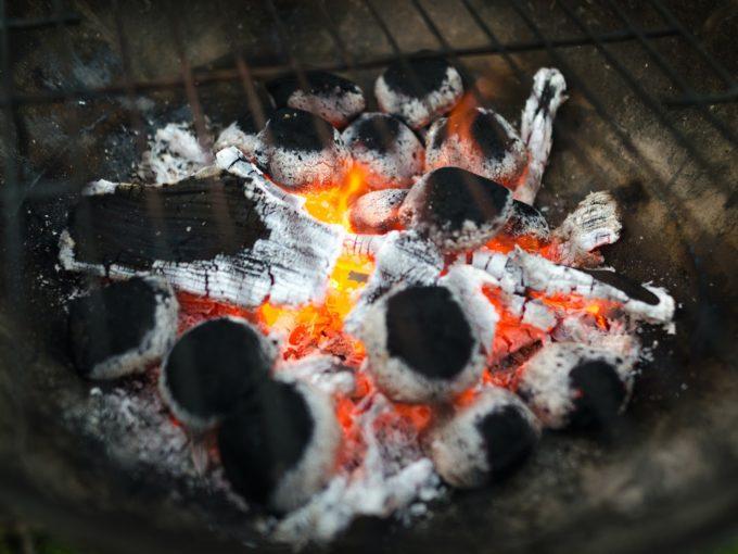 U grilu na dřevěné uhlí je třeba sbírat popel a uhlíky